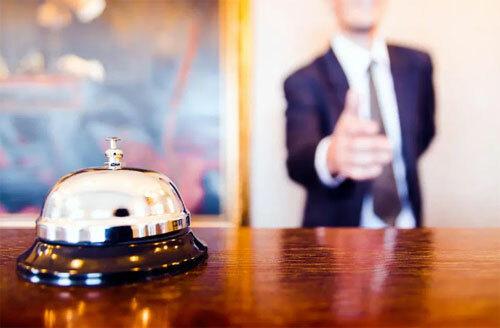 Việc bạn cư xử hòa nhã với các nhân viên khách sạn sẽ giúp bạn ghi điểm trong mắt họ. Ảnh: Alamy.