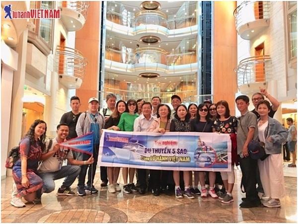 Đoàn khách tham gia tour du thuyền 5 sao cùng Lữ Hành Việt Nam.