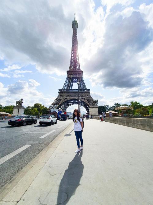 Điểm đến đầu tiên của Ngọc Vy làTháp Eiffel -biểu tượng của thủ đô Paris,Pháp. Đối với cô,du lịch một mình là khoảng thời gian tự do tìm hiểu văn hóa bản địa, giao lưu với những người bạn mới.