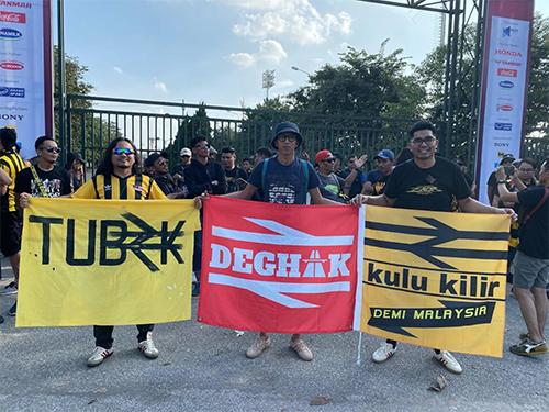 Mohammad Shahir (phải) cùng các CĐV Malaysia tạisân Mỹ Đình chiều 10/10. Ảnh: NVCC.