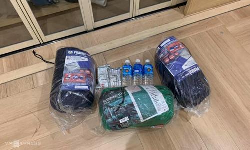 Đồ được phát tại sân bay gồm túi ngủ, nước, lương khô... Ảnh: Minh Nhung.