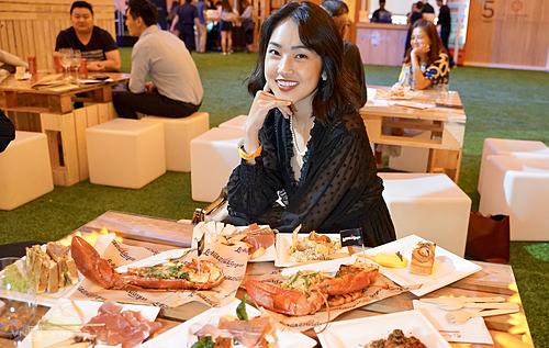 MC Misoatại lễ hội ẩm thực. Cô cho biết mình yêu mến Singapore vì đây là một quốc gia an toàn, nhiều cây xanh và đặc biệt là những món ăn ngon, do đó festivalnày là sự kiện cô không muốn bỏ lỡ khi đến đảo quốc sư tử. Ảnh: Phạm Huyền.