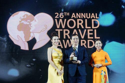 Tổng cục trưởng Tổng cục Du lịch Nguyễn Trùng Khánh nhận giải thưởng Điểm đến ẩm thực hàng đầu châu Á.