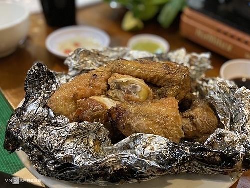 Gà nướng tiêu xanhCũng giống như lợn bản, gà ở Sapa được nuôi trong môi trường tự nhiên nên có kích thước nhỏ và thịt ngọt, dai. Tuy nhiên, nước sốt tiêu xanh, hành khô băm nhỏ mới được coi là hồn của món ăn và mang đến hương vị đặc trưng của Sapa. Trước khi nướng với giấy bạc, thịt gà được nấu qua nên chín đều từ da đến phần thịt sát xương. Nướng xong, da gà sẽ có màu vàng óng, thịt bên trong ngọt tự nhiên và đậm nước sốt. Khi thưởng thức, du khách nên dùng găng tay để xé thịt, thêm một chút nướng chấm ớt xanh cho món ăn hấp dẫn hơn. Quán ăn gợi ý để thưởng thức món ăn này là nhà hàng Hải Lâm, đường Lương Định Của. Du khách có thể gọi suất nửa con với giá là 250.000 đồng.