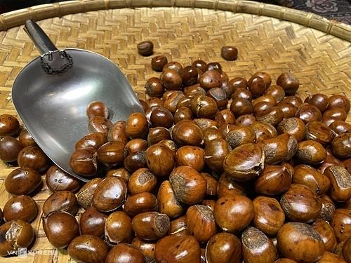 Hạt dẻ nướngĐến Sapa, du khách sẽ dễ dàng bắt gặp những quầy hàng bán hạt dẻ nướng, hạnh nhân rang nghi ngút khói và thoang thoảng mùi thơm ngọt của bơ. Hạt dẻ Sapa có kích thước lớn hơn hạt dẻ rừng, màu nâu sẫm và bên trên vỏ có lớp lông tơ mỏng. Khi rang, nướng, luộc có mùi thơm, vị ngọt và bùi. Người dân Sapa thường rang loại hạt này với đá đen để chín đều và không cháy vỏ. Du khách có thể chọn mua hạt chín, hạt rang tách vỏ và hạt rang nguyên với giá từ 50.000 đồng. Để mua về làm quà, bạn nên chọn loại rang rang nguyên để phần thịt bên trong không cứng và có thể quay nóng bằng lò vi sóng.