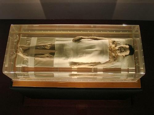 Chất lỏng không xác định được cho là sản sinhtừ cơ thể của xác ướp. Ảnh: David Schroeter.
