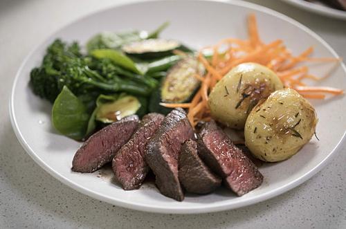 Kangaroo là một trong những loại thịt bổ dưỡng nhất vì nạc, ít chất béo và giàu protein hơn thịt bò. Loại thịt này thường được chế biến bằng cách nướng, xiên que, làm bánh pizza, kẹp với bánh mỳ và bánh burger. Một số nhà hàng thịt chuột túi nổi danh ở Australia là Burgers Metro, Melbourne; Grill Grill và khách sạn Heritage ở Sydney,Ảnh: K Roo.