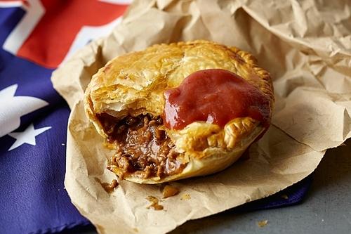 Bánh nướng nhân thịt là món ăn truyền thống của Australia với kích thước bằng bàn tay với nhân thịt băm, nấm, hành, phô maicùngnước sốt, tương cà chua. Một số loại nhân cải tiến của món ăn này có thể thêm khoai tây nghiền và đậu Hà Lan. Món ăn này được bán phổ biến ở các nhà hàng đồ ăn nhanh, tiệm bánh. Sau bữa tiệc buổi tối, bạn có thể ăn bánh nướng với giá 5AUD(khoảng 80.000 đồng)để lót dạ trước khi về khách sạn. Ảnh: Taste.