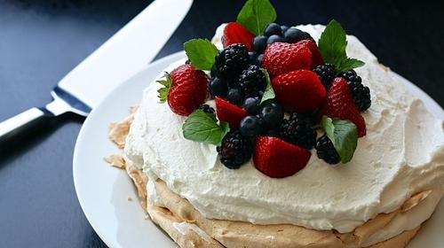 Pavlova là loại bánh tráng miệng với vỏ ngọt từ lòng trắng trứng, bên trên phủ kem và trái cây tươi. Loại bánh này được mệnh danh là tinh túy ẩm thực của Australia, nổi bật với vỏ trứng giòn và lớp kem chanh. Ảnh: Pixabay.