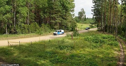 Không có trạm kiểm soát nào quanh đây, nhưng nếu ai đó dừng xe dù là ôtô hay xe máy, họ sẽ bị bắt. Người dân Estonia có thể đi ô tô, xe máy, xe đạp hoặc thậm chí cưỡi lừa qua đây - nhưng không được phép đi bộ. Ảnh: Amos Chapple.