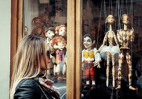 Bên ngoài một cửa hiệu con rối ở Prague. Ảnh: Shutterstock/Ajan Alen.