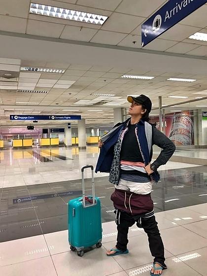 Khi nghe nhân viên sân bay thông báo hành lý xách tay chỉ được 7 kg, trong khi vali của Gel nặng 9kg, cô quyết định mặc mọi thứ có thể lên người và chụp ảnh khoe bạn bè. Ảnh: Facebook.