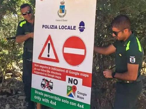 Cảnh sát gắn biển cảnh báo người dân không đi theo hướng dẫn của Google Maps. Ảnh: