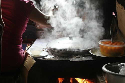 Những ngôi nhà cổ ở Đồng Văn luôn nghi ngút khói hấp bánh vào mỗi sáng sớm. Ảnh: Lan Hương.