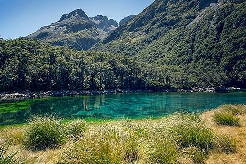 Hồ Blue có thể bị đục tạm thời khi những trận mưa lớn rửa trôi đất đá vào lòng hồ, nhưng sau vài ngày nước lại trong như cũ. Ảnh: Klaus Thymann /Project Pressure.