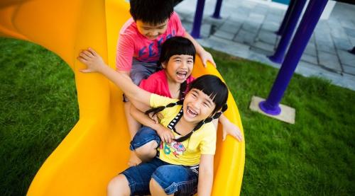 Là bởi ở đó, con trẻ được vui đùa thỏa thích trong những khu vui chơi, câu lạc bộ dành cho trẻ em. Có hẳn dịch vụ bảo mẫu - một trong những điểm khác biệt so với nhiều khu nghỉ dưỡng tại Việt Nam và trên thế giới - giúp các du khách nhí được thỏa thích vui đùa, khám phá các trò chơi dưới sự chăm sóc chu đáo, nhiệt tình của đội ngũ nhân viên chuyên nghiệp.