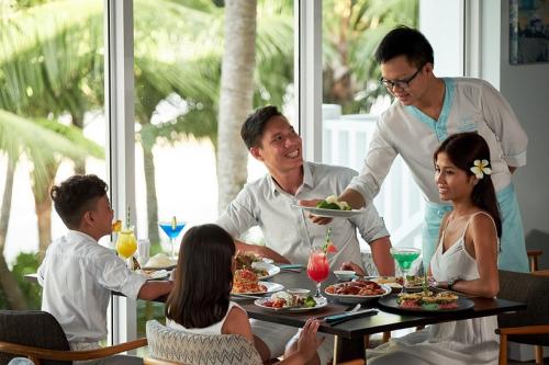 Ẩm thực tại khu nghỉ dưỡng này là một trải nghiệm không thể bỏ qua. Mỗi bữa ăn là một bữa tiệc đong đầy cảm xúc, khi cả nhà được tận hưởng đủ những hương vị địa phương, ẩm thực Á, Âu, tại chuỗi nhà hàng đẳng cấp quốc tế như: Nhà hàng Cá Chuồn Cồ, Lemon Grass, Nautica Beach Club..., và thả hồn theo những không gian lãng mạn qua khung cửa kính, ngắm biển vỗ về hát ru bờ cát bên những rặng dừa vi vút.