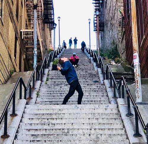Khách tham quan cầu thang vô danh ở quận Bronx. Ảnh:@sauer.8/Instagram.