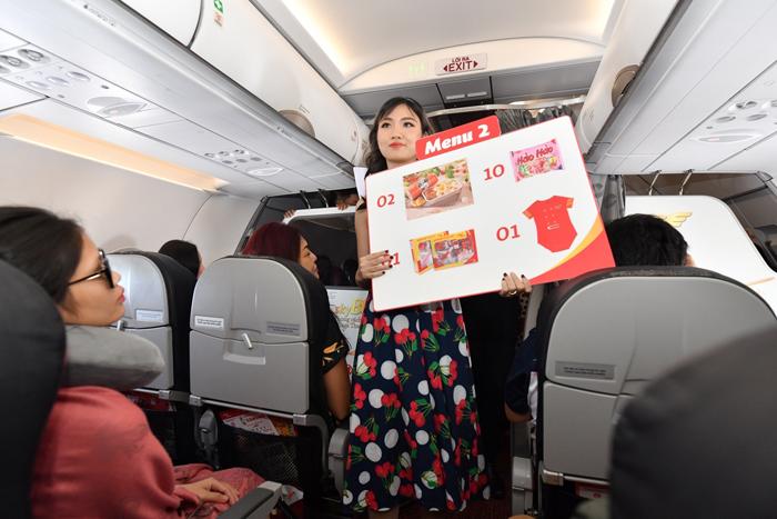 ) Những quà tặng giá trị và ý nghĩa xuất hiện liên tục, tạo sự phấn khích cho các hành khách
