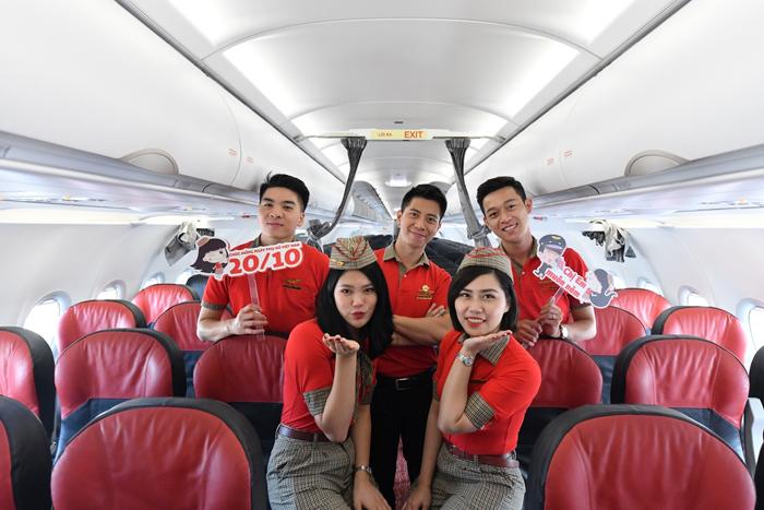 Tiếp viên trẻ trung, xinh đẹp của Vietjet chào đón hành khách một cách đặc biệt trên các chuyến bay nhân Ngày Phụ nữ Việt Nam 20/10