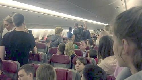 Hành khách đòi mở cửa máy bay ở độ cao 10.000 m