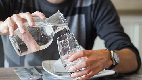 Đại diện của nhà hàng khẳng định nước tái chế vô cùng tinh khiết, họ phải thêm khoáng chất để