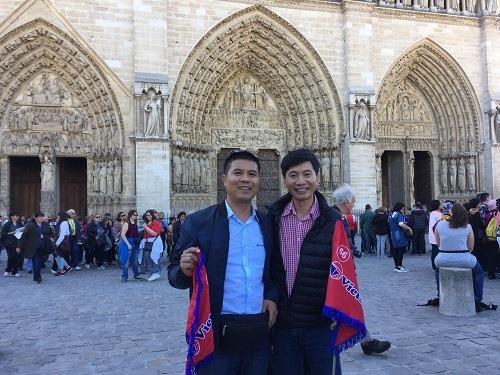 Anh Tuấn (bên trái) là hướng dẫn viên chuyên tour đi các nước xa như châu Âu, Australia và Nam Phi.
