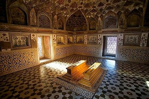 Mọi người thường lặng lẽ đứng trước mộ, để hiện sự tôn kính dành cho nhà vua vì quá yêu vợ đã vô tình tạo nên một kỳ quan cho nhân loại. Ảnh: Trip Advisor.