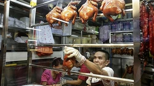Nhiều người đợi những 3 giờ để được ăn món gà trứ danh tại quán. Ảnh: Culture Trip.