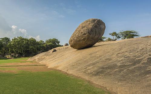 Hàng nghìn năm nay, viên bơ của thần Krishna vẫn đứng chênh vênh trên mỏm đất. Ảnh: Amusing Planet.