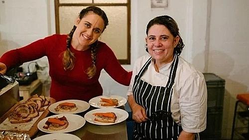 Ann (bên phải) cảm thông với những người làm trong ngành nhà hàng, khách sạn khi gặp phải khách hàng thô lỗ. Ảnh: Facebook.