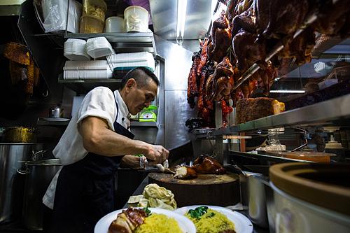 Chủ quán nhanh tay làm món gà để phục vụ dòng khách chờ bên ngoài. Ảnh: Yong Teck Lim.