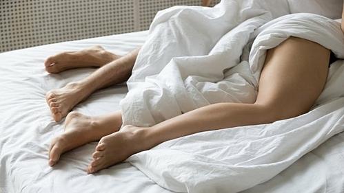 Nhiều ngườicó thói quen không mặc quần áo khi ngủ trong khách sạnđể thả lỏng cơ thể sau một ngày dài di chuyển. Ảnh:istock.