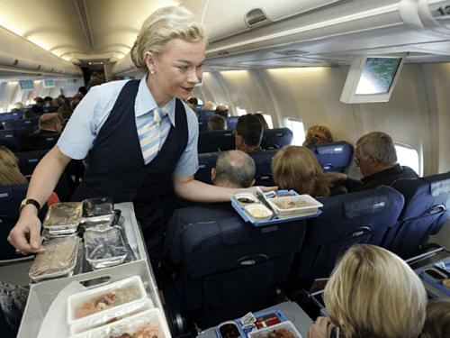 Việc khách xin thêm một ly đồ uống ngay cả khi không phải giờ đẩy xe hàng trên máy bay cũng không khiến tiếp viên cảm thấy phiền. Ảnh: Alamy.