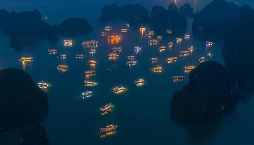 Mức phílưu trú qua đêm trên vịnhtăng cao nhất trong đề xuất lần nàycủa Ban Quản lý vịnh Hạ Long. Ảnh: Trung Phạm.