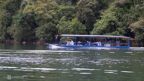 Đoàn khách tham quan hồ Ba Bể.