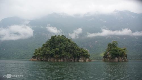 Đảo nổi giữa lòng hồ Lâm Bình - Na Hang.