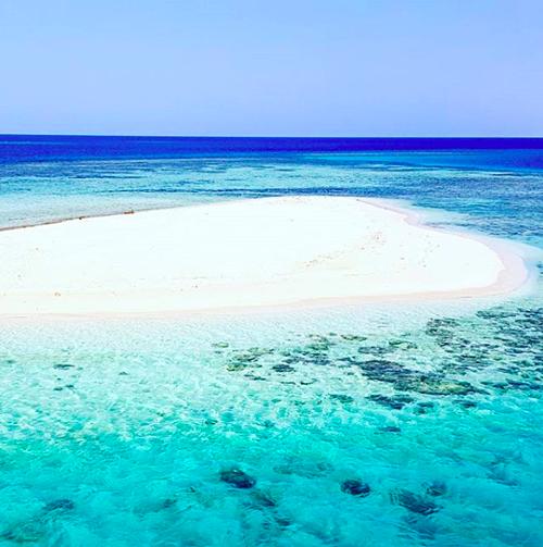 Nước biển ở Arab Saudi rất trong và sạch. Đây là một trong những điều khiến Alexis thích thú. Ảnh: Instagram.