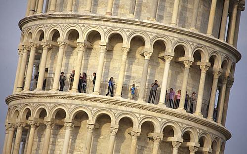 Du khách tham quan tháp nghiêng Pisa. Ảnh: AFP/Fabio Muzzi.