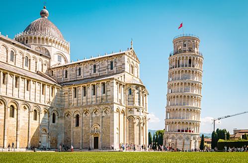 Tháp nghiêng nằm bên cạnh nhà thờ Pisa. Ảnh: Flickr.