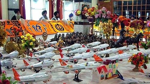 Mô hình đồ chơi của các hãng hàng không quốc tế như Lufthansa, British Airways, Air Canada... có giá từ 50 đến 550 Rupee. (hơn 16.000 - 180.000 đồng)Ảnh: Indian Express.