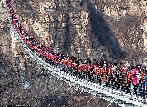 Khu thắng cảnh Hongyagu khai trương cây cầu kính dài nhất thế giới vào cuối năm 2017, thu hút hàng nghìn lượt khách trải nghiệm. Cây cầu giữ kỷ lục đến tháng 5/2019 này cũng là một trong số những nơi phải đóng cửa tại Hà Bắc. Ảnh:REX.