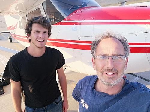 David (phải) cùng Tom đứng cạnh máy bay. Khi bắt đầu, chúng tôi nghĩ nó quả là điều siêu thực... Bố con tôi sẽ về Australia bằng cách nào? Đó dường như là một chặng đường về nhà rất dài, David tâm sự. Ảnh:David Berger.