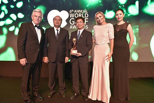 Ông Đinh Ngọc Đức, Vụ trưởng Vụ Thị trường Du lịch(Tổng cục Du lịch) đại diệnViệt Nam nhận giải thưởng tại Lễ trao giải WGA lần thứ 6. Ảnh: WGA.