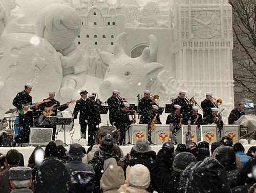 Các thành viên của hạm đội 7 Hoa Kỳ biểu diễn trong lễ hội. Ảnh: Wikimedia/Ben Farone.