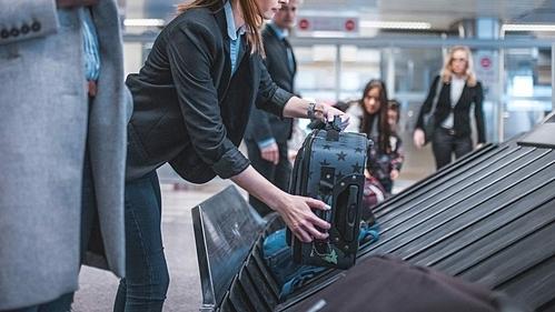 Nữ hành khách nghi ngờ đồ của mình đã bị lấy trộm trong hành lý và được người khác mang lên mạng bán kiếm tiền. Ảnh: iStock.