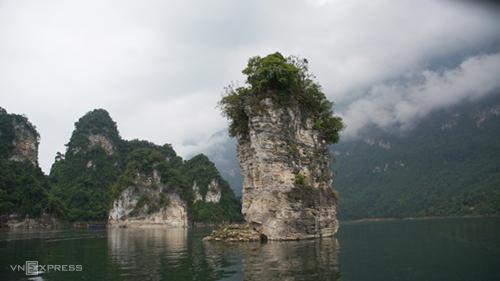 Cọc buộc trâu Cọc Vài là hình ảnh biểu tượng của hồ.