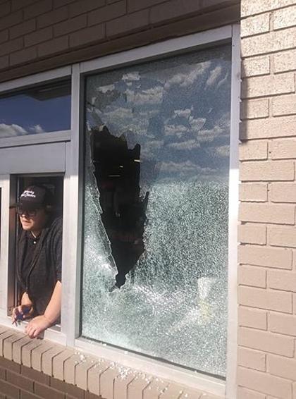 Một nhân chứng đã chụp lại hình ảnh cửa kính bị vỡ sau phát súng và đăng lên mạng. Ảnh: Facebook.