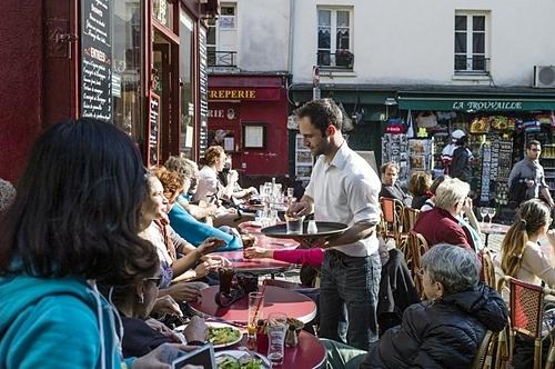 Gọi bồi bàn một cách lịch sự thay vì búng tay. Ảnh: Local France.