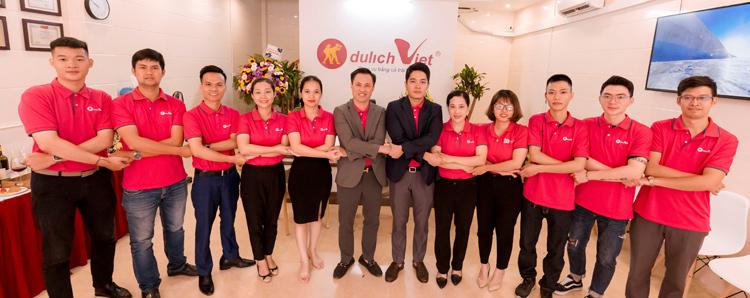 [Caption][Caption][Caption]Khách hàng đặt tour tại Du Lịch Việt chi nhánh Vũng Tàu.